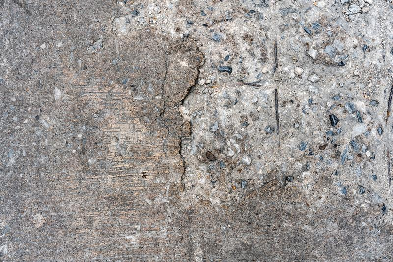 Starego łupanie drogi betonu podłogowa tekstura która może widzieć kamień na wśrodku lewej strony Doskonalić dla tła zdjęcia royalty free