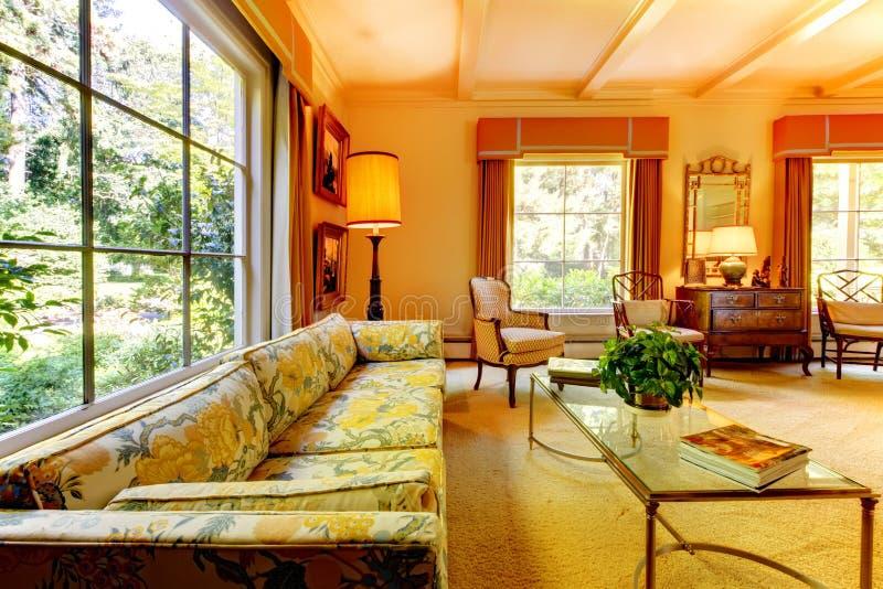 Starego amerykanina domu żywy pokój z antykwarskimi szczegółami. zdjęcie stock