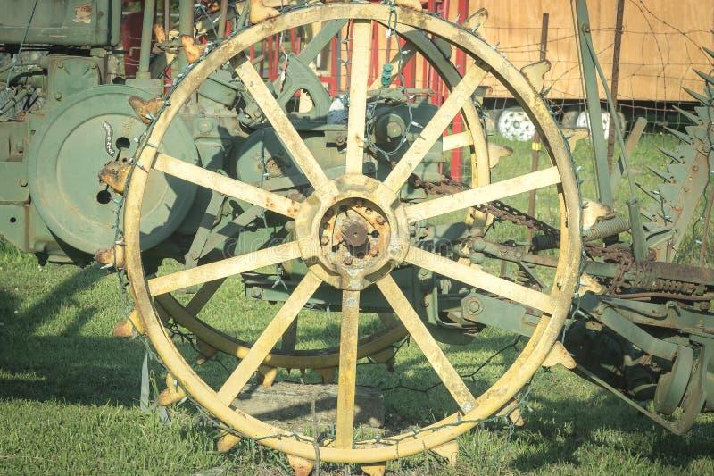 Starego antykwarskiego Ciągnikowego koła żelaza stary zachód zdjęcia royalty free
