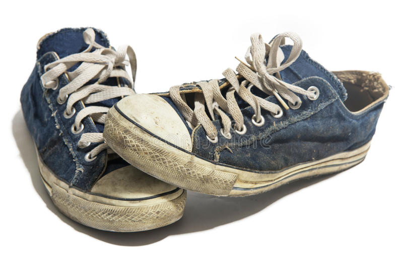 Starego błękita brudni sneakers odizolowywający na bielu zdjęcie stock
