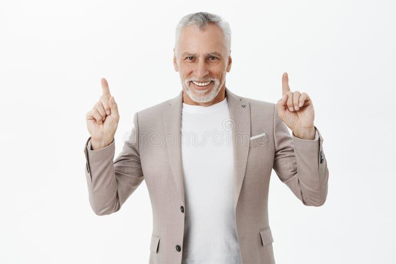 Starego biznesmena zapraszający model opowiadać na piętrze w restauracji Portret powabny i elegancki ufny senior obrazy stock
