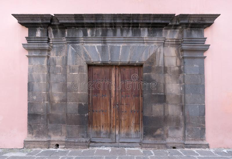 Starego brązu liściasty drewniany drzwi z portalem zdjęcie royalty free