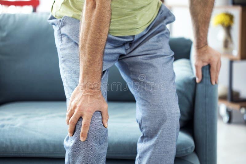 Starego człowieka cierpienie od kolano bólu zdjęcie stock