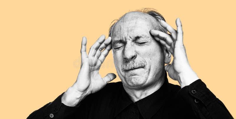 Starego człowieka cierpienie od migreny obraz royalty free