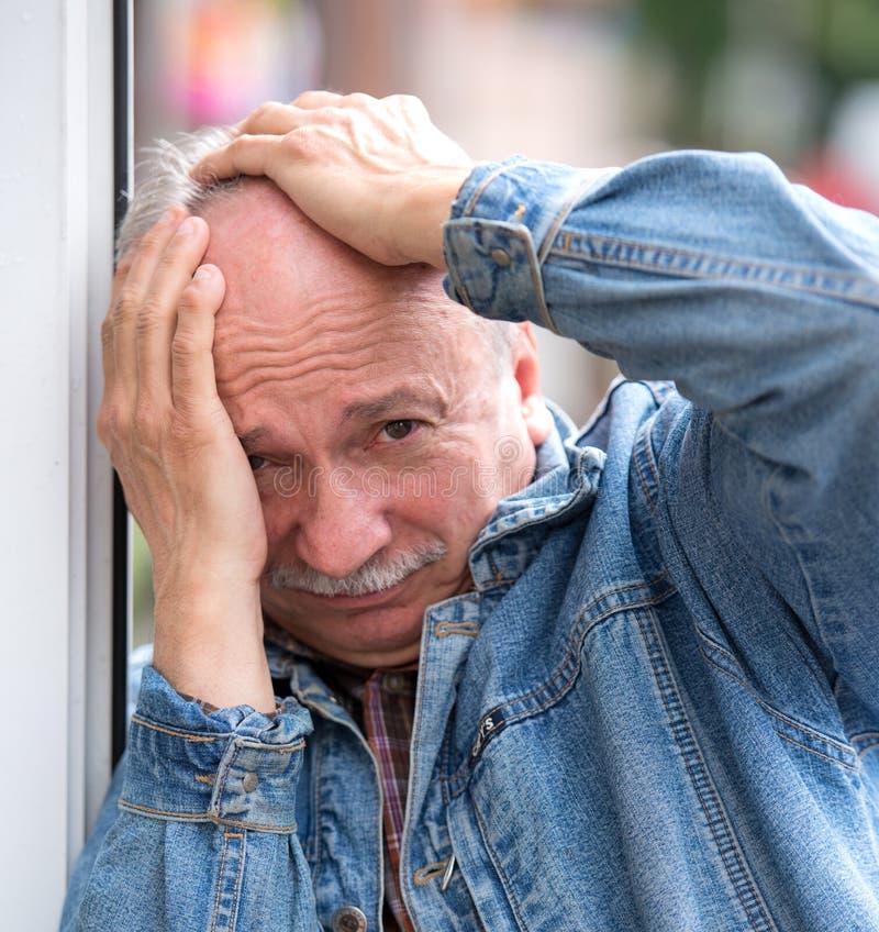 Starego człowieka cierpienie od migreny zdjęcia stock