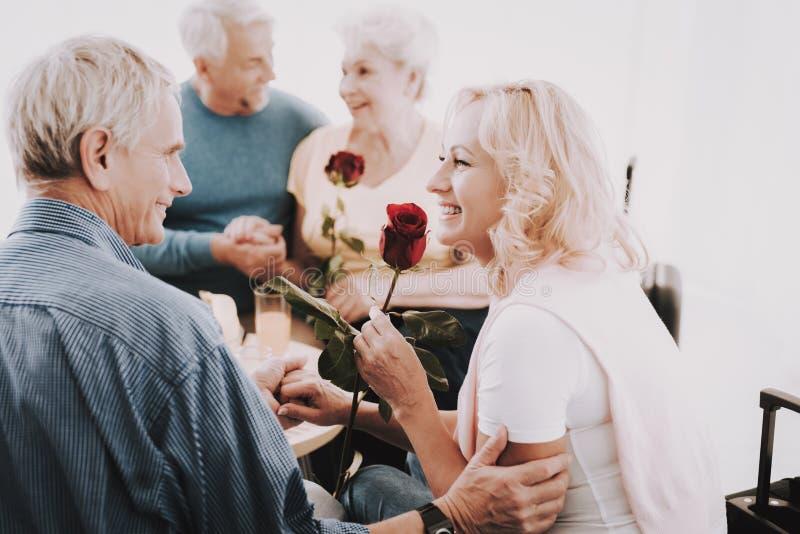 Starego Człowieka Dawać Wzrastał kobieta w poczekalni zdjęcie stock