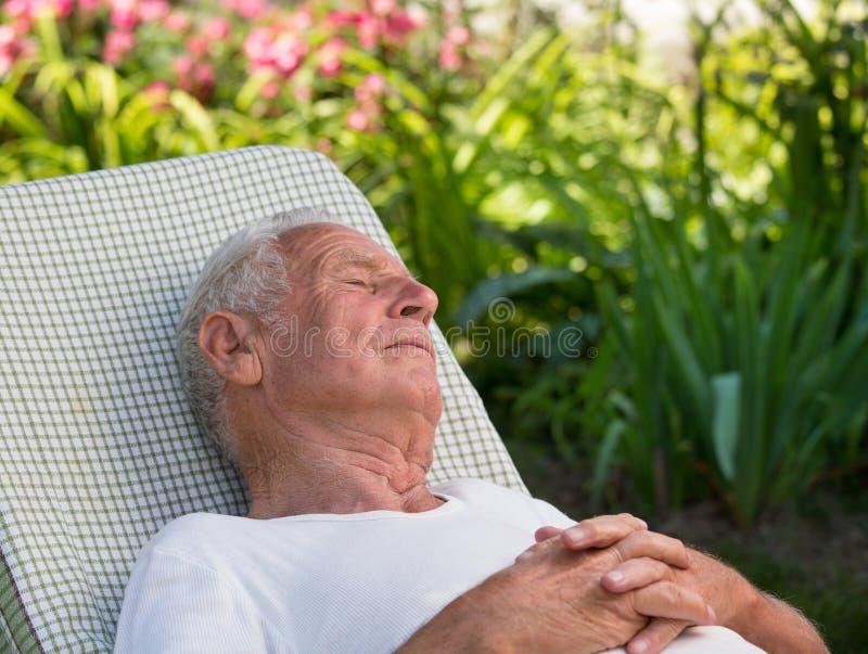 Starego człowieka dosypianie w ogródzie obraz stock