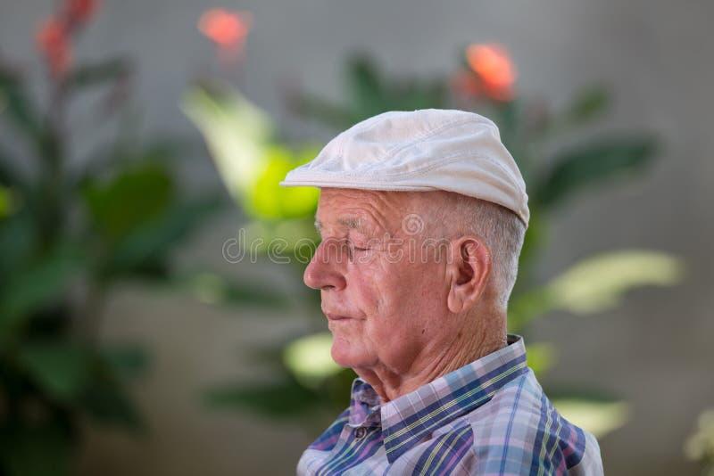 Starego człowieka drzemanie obraz stock