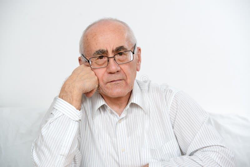 Starego człowieka główkowanie fotografia stock