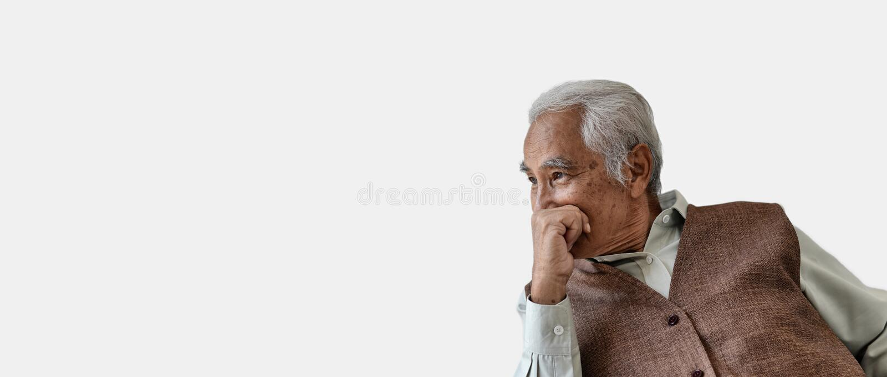 Starego człowieka główkowanie, Starszy azjatykci mężczyzna z ostrożnie myśleć gest, Osamotniony stary człowiek przyglądający za n zdjęcie royalty free