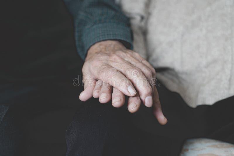 Starego człowieka i starej kobiety mienia ręki zdjęcie stock