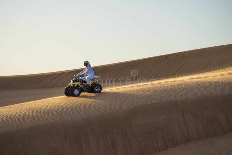 Starego człowieka kwadrata jeździecki rower w pustyni obraz royalty free