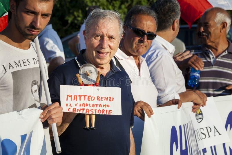 Starego człowieka protest przeciw włoskiemu przewodniczącemu Matteo Renzi obraz royalty free