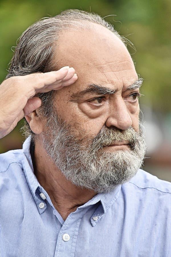 Starego Człowieka Starszy Salutuje cywil Przechodzić na emeryturę weterynarz zdjęcie royalty free