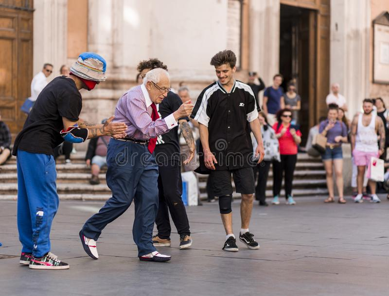 Starego człowieka uliczny taniec Rzym, Włochy Maj 2017 publicznie/ zdjęcie stock