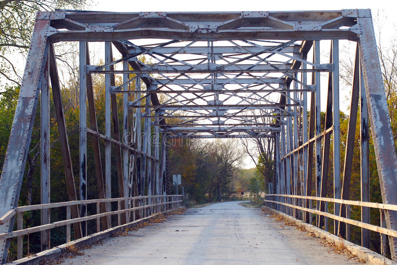 Starego Żelaznego metalu Kratownicowy most na wiejskiej drodze obraz royalty free