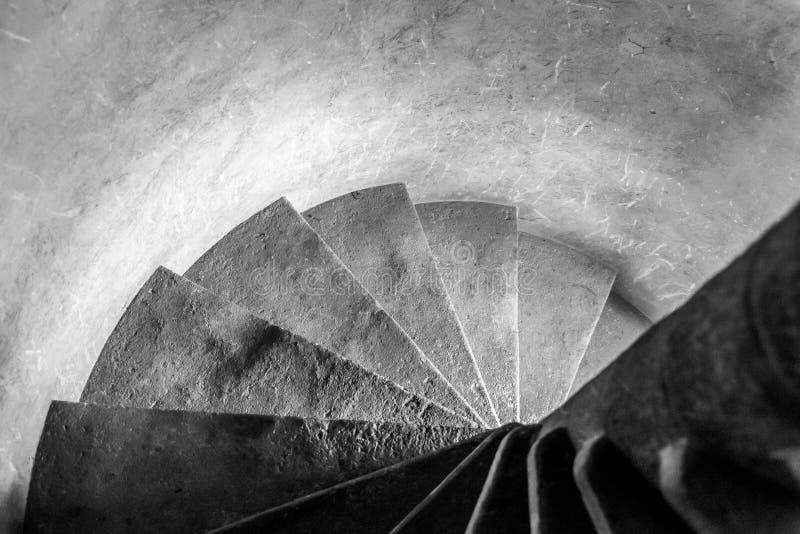 Starego kamienia przesmyka ?limakowaty schody w?rodku ?redniowieczny wierza obraz royalty free