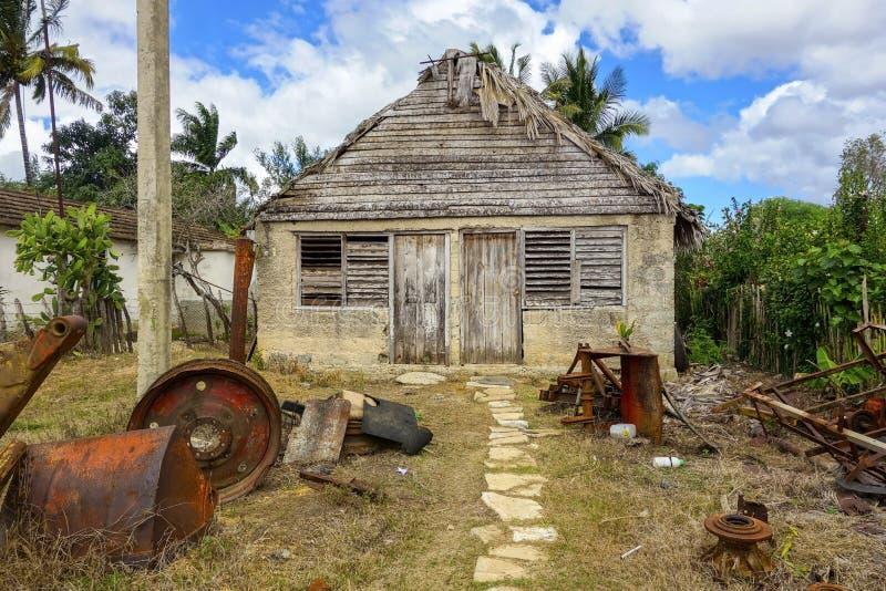 Starego kubańczyka Domowy i Frontowy jard w Tradycyjnej Kubańskiej wiosce zdjęcia royalty free
