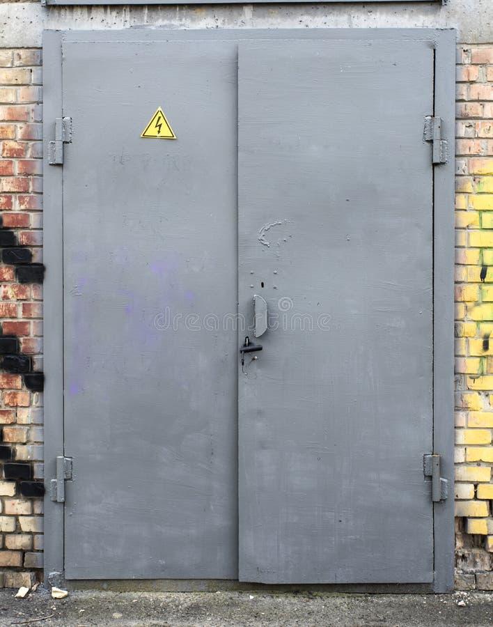 Starego metalu podstaci elektryczny drzwi, obrazy stock