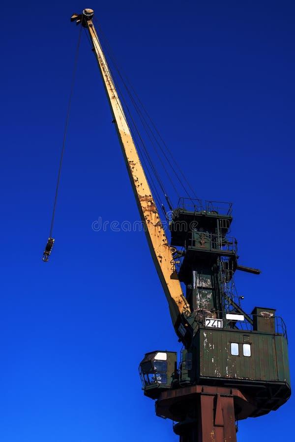 Starego portu ?uraw na b??kitnym tle w Polska obrazy stock