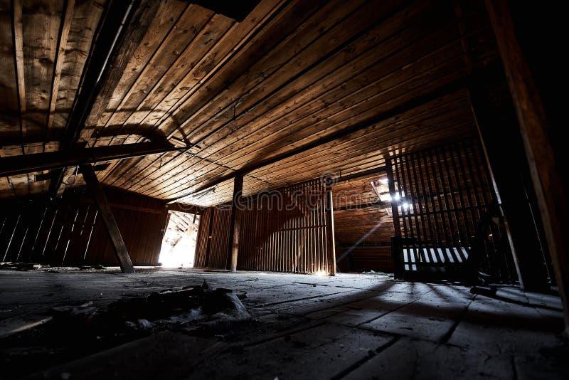 Starego przegranego abandonend budynku fabryczna sala obraz stock