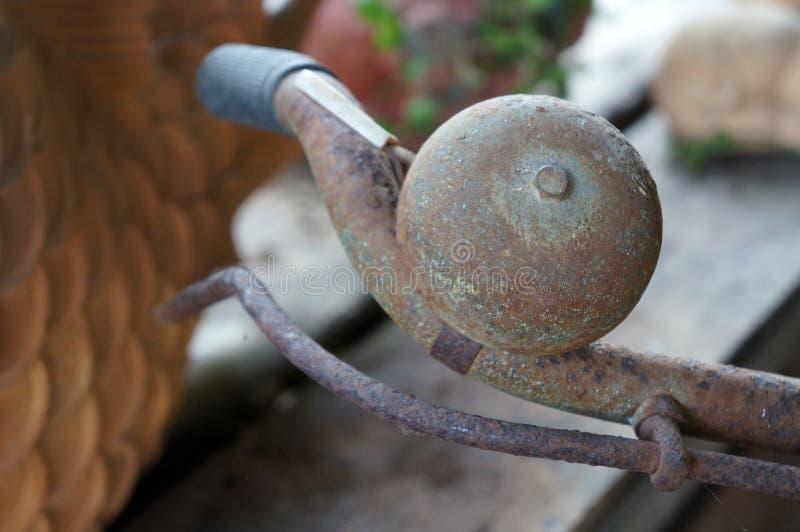 Starego retro rocznika ośniedziały rowerowy dzwon i rdza, zbliżenie obrazy royalty free