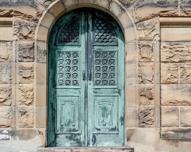 Starego rocznika Antykwarskiego projekta metalu Nieociosani drzwi obraz stock