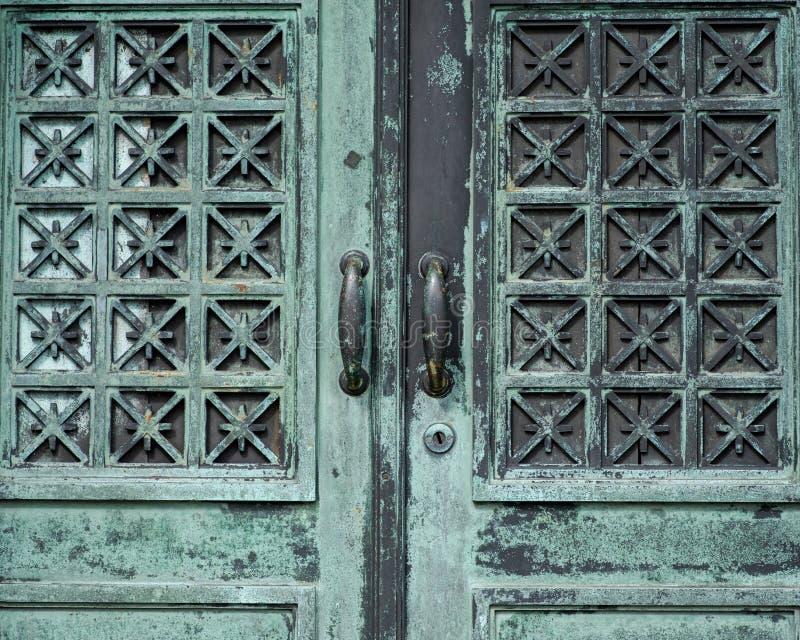 Starego rocznika Antykwarskiego projekta metalu Nieociosani drzwi zdjęcia stock