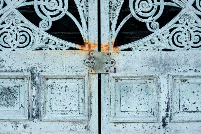 Starego rocznika Antykwarskiego projekta metalu Nieociosani drzwi obrazy stock
