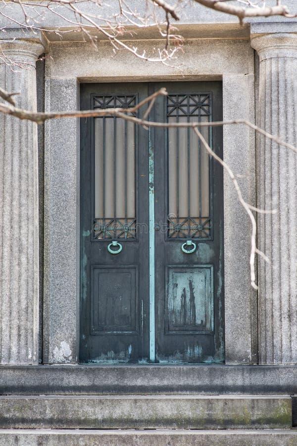 Starego rocznika Antykwarskiego projekta metalu Nieociosani drzwi obraz royalty free