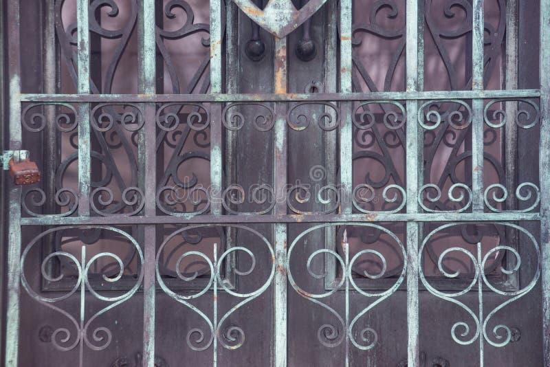 Starego rocznika Antykwarskiego projekta metalu Nieociosani drzwi fotografia stock