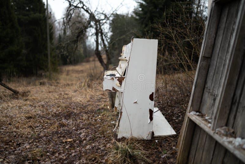 Starego rocznika biały pianino w lesie zdjęcie stock