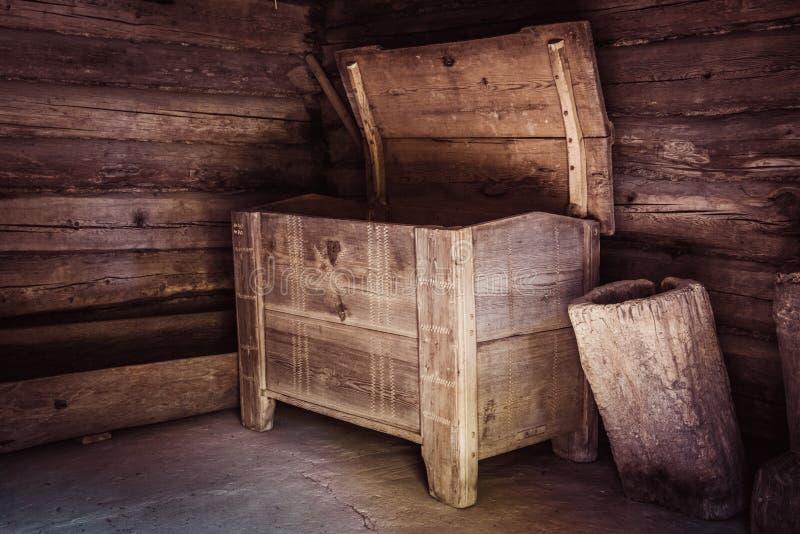 Starego rocznika drewniana klatka piersiowa w niektóre grunge wnętrzu obraz stock