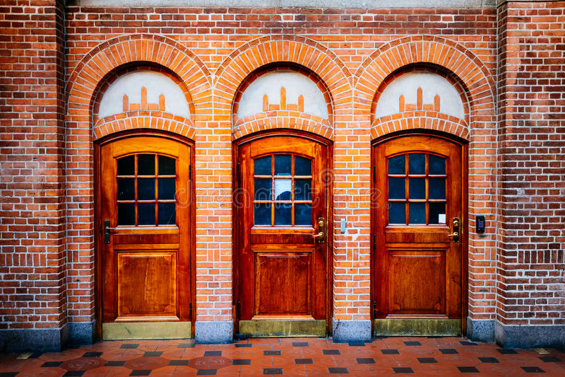 Starego rocznika drewniani drzwi i ściana z cegieł przy dworcem wewnątrz Podołają zdjęcia stock
