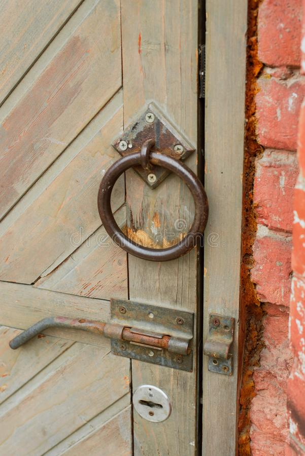 Starego rocznika drzwiowa r?koje?? na drewnianym drzwi fotografia stock