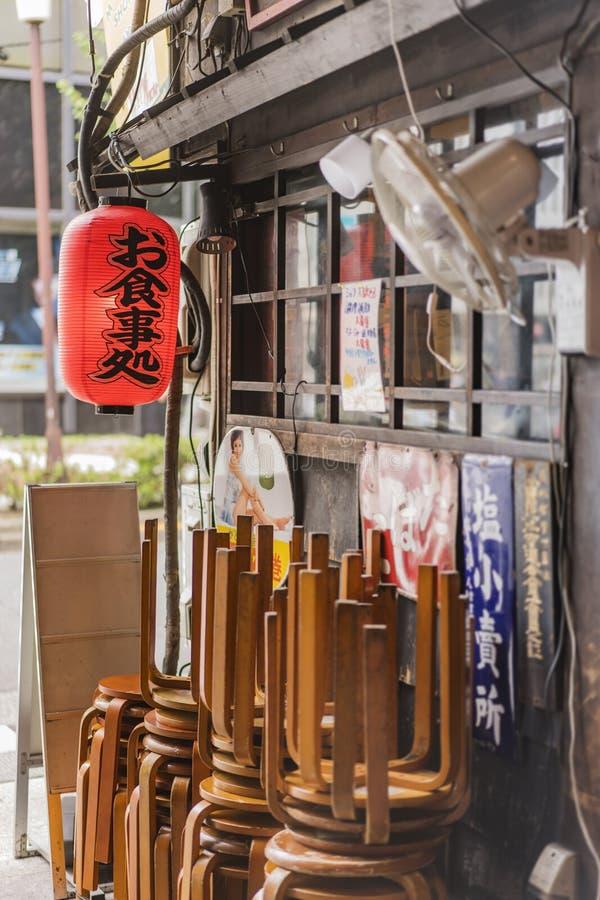 Starego rocznika metalu retro japońscy znaki i czerwony ryżowego papieru lanter zdjęcia stock