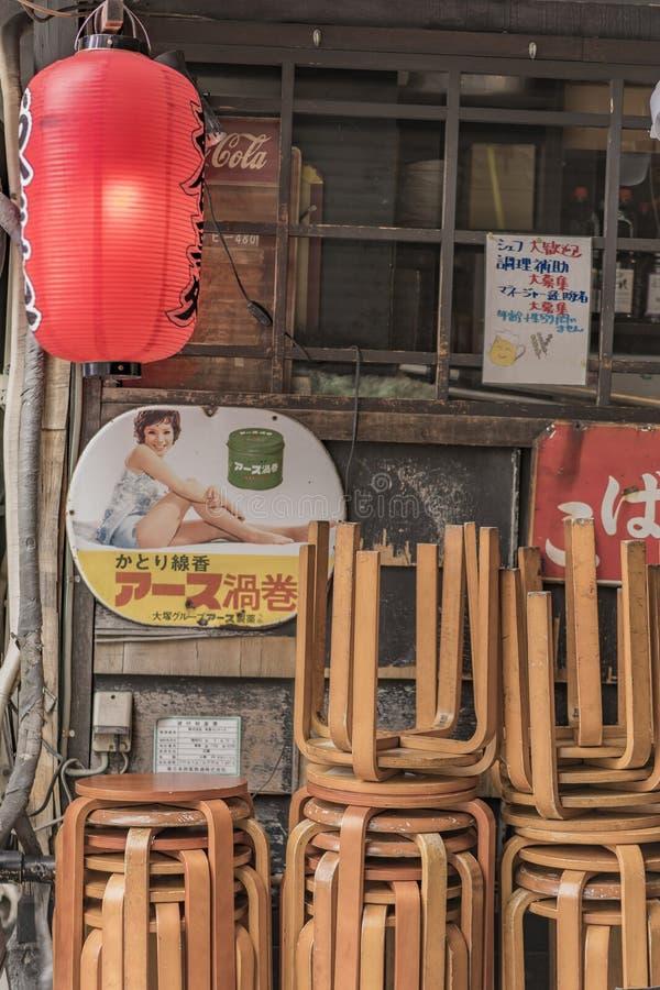 Starego rocznika metalu retro japońscy znaki i czerwony ryżowego papieru lanter fotografia stock