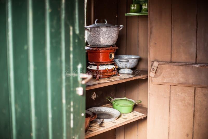 Starego rocznika nafciane kuchenki podpalali na używać parafinę w autentycznej kuchni z atrybutami zdjęcie royalty free