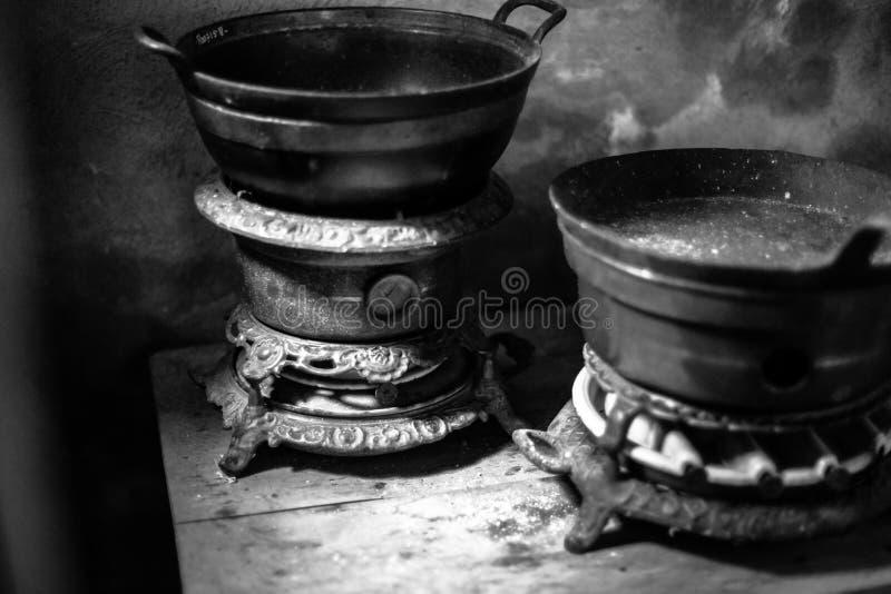 Starego rocznika nafciane kuchenki podpalali na używać parafinę w autentycznej kuchni z atrybutami fotografia royalty free