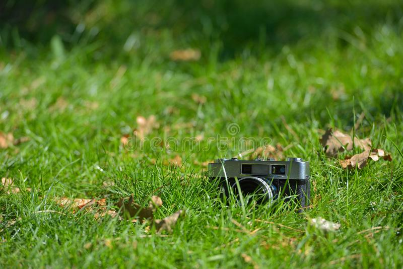 Starego rocznika rangefinder fotografii analogowa kamera w natury jesieni grą obrazy stock