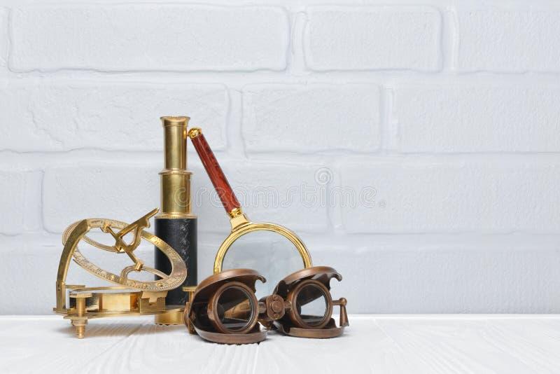 Starego rocznika retro kompas, lornetki i spyglass jako akcesoria dla projektującej podróży z kopii przestrzenią, zdjęcia royalty free