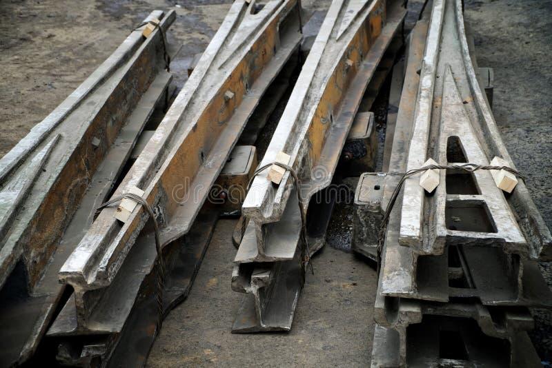 Starego spieszonego swivel tramwajowi poręcze kłamają na asfalcie Drogi i miastowa gospodarka ?amany i rdzewiej?cy szkotowy metal obrazy stock