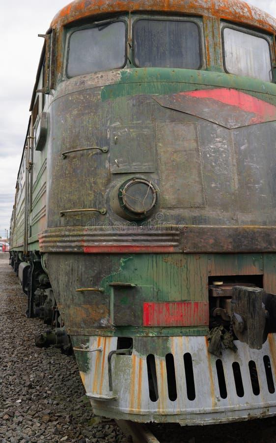 Starego stylu dieslowski elektryczny pociąg w rdzy fotografia royalty free