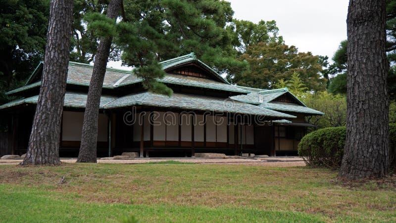 Starego stylu japończyka dom siedzi w klasycznym Japońskiego stylu ogródzie fotografia royalty free