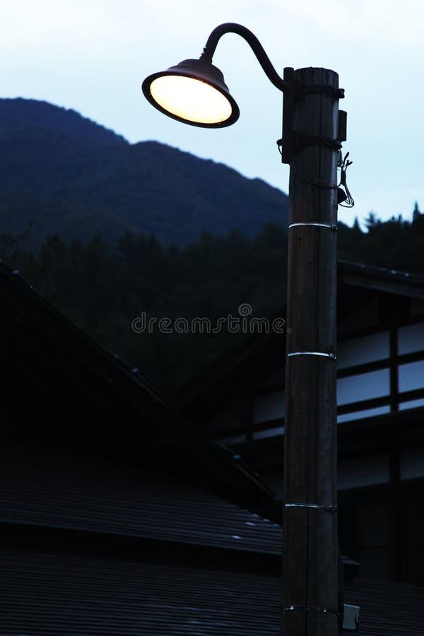Starego stylu latarnia uliczna z światłem obracał dalej obrazy stock