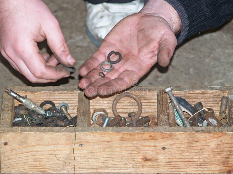 Starego stylu mechanika gmeranie dla śrub i płuczek w drewnianym pudełku obraz stock