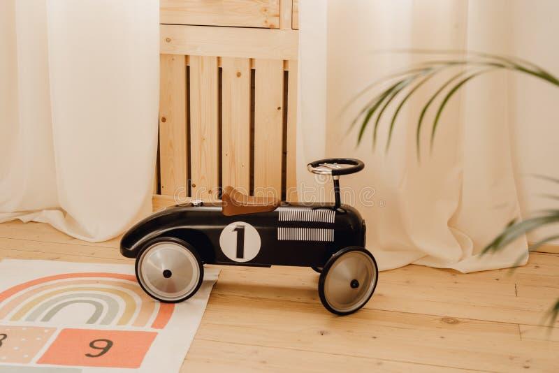 Starego stylu zabawki dziecka Bieżny samochód w Gemowym pokoju obrazy royalty free