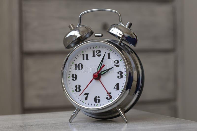 Starego stylu zegar w rocznika tle obraz royalty free