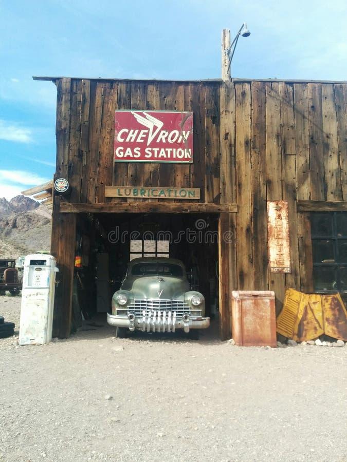 Starego szewronu benzynowa stacja z samochodem inside fotografia stock
