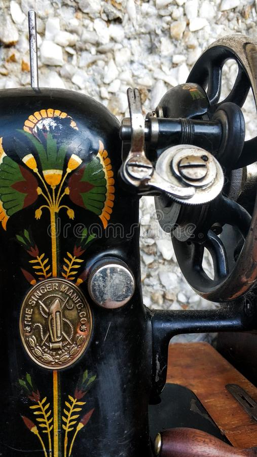 Starego szwalnej maszyny rocznika retro zako?czenie w g?r? Piosenkarz fabryki emblemat zdjęcie stock